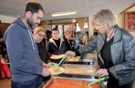 Plusieurs dizaines de kilos de spaghettis aux quatre sauces étaient proposés à la Grande salle de Concise par les restaurateurs de la région. ©Michel Duperrex