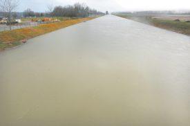 La Thièle est montée très haut. Les hommes du SDIS régional du Nord vaudois ont posé un barrage près de l'aérodrome. ©Michel Duperrex
