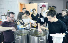 Pendant que certains dansaient, les jeunes s'affairaient en cuisine, afin d'offrir un voyage de saveurs à leurs convives. Direction la Hongrie, avec sa célèbre goulash. ©Michel Duvoisin