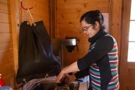 Christiane Poget veille à ce que les visiteurs ne manquent ni de thé ni de café. © Mikaël Justo