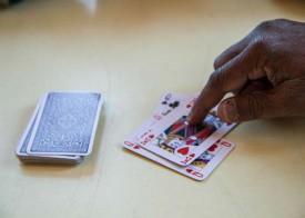 Les cartes sont un passe-temps prisé des requérants. © Mikaël Justo