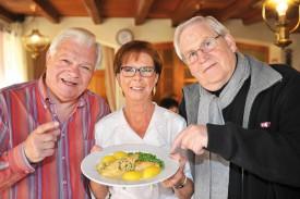 Jacqueline Rosset, en compagnie de Jean-Claude Gigon (à g.) et de Jean-Jacques Dupuis, qui mettent en lumière ses performances culinaires à travers leur émission. ©Michel Duperrex