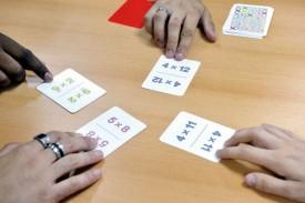 La bataille classique est la variante d'origine du jeu. Les résultats des multiplications peuvent être vérifiés en posant un filtre rouge transparent au dos de chaque carte (voir ci-contre), garantissant l'autonomie des joueurs. © Michel Duperrex
