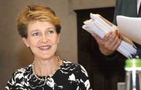 La conseillère fédérale Simonetta Sommaruga défendait, hier après-midi, sa nouvelle Loi sur l'asile devant la Commission des institutions politiques, qui s'était installée dans l'Aula Magna du Château. © Michel Duperrex