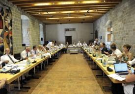 La conseillère fédérale Simonetta Sommaruga défendait, hier après-midi, sa nouvelle Loi sur l'asile devant la Commission des institutions politiques, qui s'était installée dans l'Aula Magna du Château © Michel Duperrex