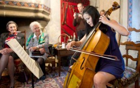 La soliste a fait vibrer le public avec son violoncelle. © Michel Duperrex