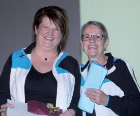 Nicole Pidoux (à gauche) avec Pierrette Périllard (à droite), qui lui a rendu un vibrant hommage au nom de la Gym de Grandson. ©Champi