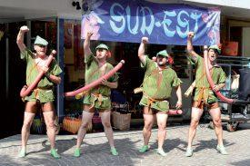 Le Quatuor Bocal a chanté et amusé les passants de la rue du Lac, hier après-midi. ©Michel Duperrex