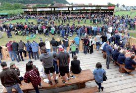 De nombreux spectateurs sont venus assister aux combats de lutte et aux épreuves de tir à la corde. ©Michel Duperrex