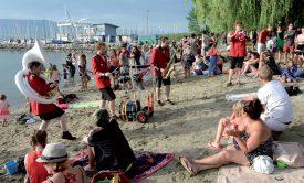 Sur la plage, la Fanfare balkanique improvisée a assuré l'ambiance lors des entractes musicaux. Un air de vacances. ©Michel Duperrex