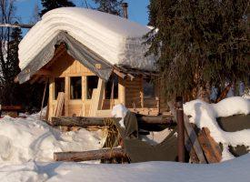 La cabane offre un surplus de confort, même si la tente (premier plan), chauffée avec un fourneau à bois, faisait déjà le bonheur de Nicolas Reymond. ©DR