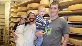 La relève des Fuchs est assurée avec David et son fils Noah (à dr.). Benjamin se voit déjà fromager, comme son papa, François Charmoille. ©Gabioud-a