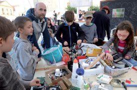 A la place Pestalozzi, un atelier de bricolage a rassemblé le jeune public. ©Michel Duperrex