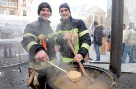Place Pestalozzi, à Yverdon-les-Bains: Bastien Raymondaz (à g.) et Marco Cerqueira servaient la soupe aux pois. ©Michel Duperrex