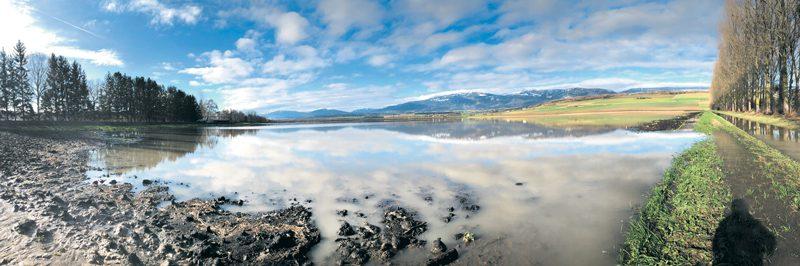 Dans la plaine de l'Orbe, le panorama est tout simplement féérique, mais on n'oubliera pas, tout de même, que les cultures en prennent un sale coup. ©Michel Duperrex / Com.