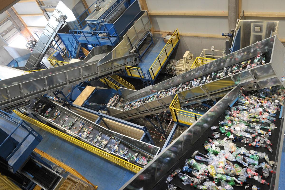 Des tonnes de bouteilles en PET triées par couleur