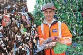 Xavier Prudhomme, directeur adjoint de Cand-Landi S.A., présente le tri des bouteilles en plastique, à La Poissine. Une nouvelle activité de la société. ©Michel Duperrex