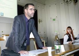 Le vice-président de la SIC, Laurent Bertschi, a présenté le rapport du comité, lors de l'assemblée générale qui s'est tenue, hier à midi, à la Salle des débats de l'Hôtel de Ville d'Yverdon-les-Bains. A droite: Sophie Bovay, secrétaire de la SIC. © Michel Duperrex