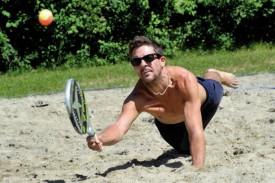 Le beach tennis requiert parfois de se jeter dans le sable pour sauver une balle. Ici, Alexandre Thomet, l'un des joueurs de Chamblon. © Duperrex -a