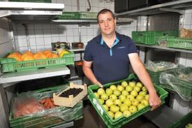 Cyril Maillefer dans la chambre froide où sont stockés les fruits et légumes destinés à être transformé et vendus. © Michel Duperrex