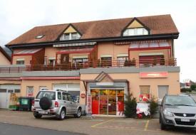 Situé au bord de la route cantonale Yverdon-Neuchâtel, le magasin Denner d'Onnens est souvent la cible des voleurs, malgré la présence d'appartements situés au 1er étage du bâtiment. © Roger Juillerat