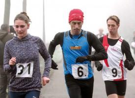 Le routinier Luis Correia (au centre) file devant le jeune Français Martin Come. Les deux hommes, qui ont dominé la course, prennent un tour à l'Yverdonnoise Millija Zinkovska. ©Champi