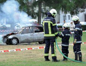 Les sapeurs-pompiers se sont attaqués à une voiture en flammes à Yvonand. ©Carole Alkabes
