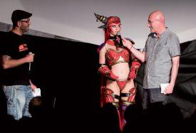 Stéphane Laurenceau, animateur radio à Couleur 3 (à dr.), interviewe une cosplayeuse grimée en Alextrasza, sous l'oeil de Marc Attalah. ©Gabriel Lado