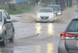 L'avenue Kiener était partiellement inondée depuis le milieu de la matinée. ©Michel Duperrex, Michel Duvoisin et I. Ro