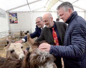 La ferme des animaux, le stand qui plaît à tout le monde, y compris à Peppe Alfonzo, à Laurent Gabella et à Jean-Daniel Carrard (de g. À dr.). ©Michel Duperrex