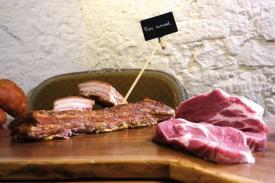 Les produits réalisés avec le porc romand étaient proposés à la dégustation. © Charles Baron