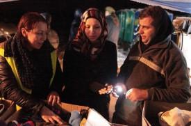Eliana Alvarez (à dr.) distribue des vêtements chauds. © Petar Mitrovic et Sandra Borer