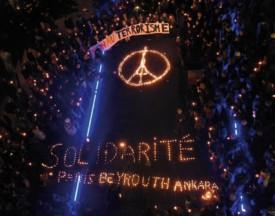 La Tour Eiffel, reconstituée au moyen de bougies, samedi soir, à Lausanne. DR/Twitter