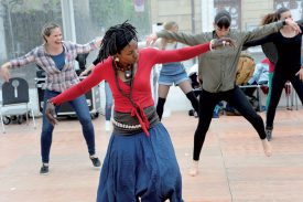 Quelques pas de danse africaine! ©Michel Duperrex