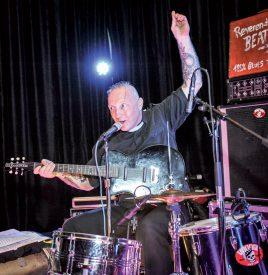 Vendredi soir, Reverend Beat-Man a rythmé la soirée à l'Aula Magna du Château de la Cité thermale, avec son blues trash. Un excellent moyen de lancer le week-end de festivités.