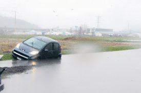 Le résultat d'un exercice involontaire d'hydroplanage à l'avenue Kiener. Police Nord vaudois a fermé cette artère, de même que l'accès à l'aérodrome. ©Michel Duperrex, Michel Duvoisin et I. Ro