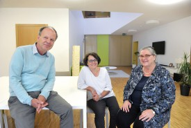 Marc Berger, directeur, Claudia Matti, directrice-adjointe, et Catherine Carp, secrétaire du Conseil de fondation, se réjouissent d'inaugurer le nouveau foyer, dont tous les aménagements viennent de se terminer. © Michel Duperrex