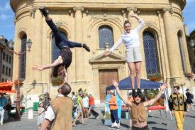 LeZarti'Cirque de Sainte-Croix a proposé samedi un spectacle en déambulation dans les rues de la ville, de la place Pestalozzi à la place de l'Ancienne-Poste. © Michel Duperrex