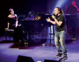 Junior Tshaka, chanteur et compositeur neuchâtelois, a enthousiasmé les spectateurs avec ses airs de reggae. ©Michel Duperrex