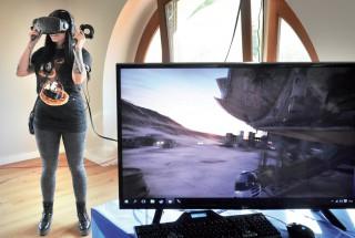 Il fallait attendre son tour pour pouvoir enfiler ce casque de réalité virtuelle. ©Michel Duperrex