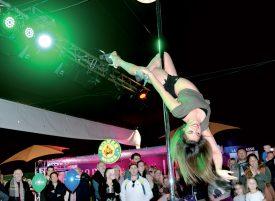 Les performances Pole-Emotion ont captivé la foule, vendredi soir. ©Michel Duperrex