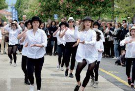 De nombreuses écoles de la Cité thermale ont présenté diverses interventions dansées inattendues. Les badauds ont, ainsi, pu découvrir les élèves de l'Espace-Danse, sur la place des Droits de l'homme. ©Michel Duperrex