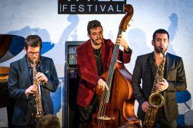 Omer Avital à la contrebasse, entouré des saxophonistes Asaf Yuria (à g.) et Alexander Levin, lors de l'ouverture du festival. ©Gabriel Lado