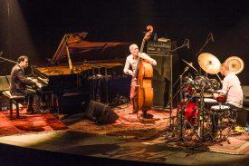 Pour son concert, Avishai Cohen, l'une des figures majeures du jazz actuel, était accompagné d'Omir Mor, au piano, et d'Hamar Doari, aux percussions ©Gabriel Lado