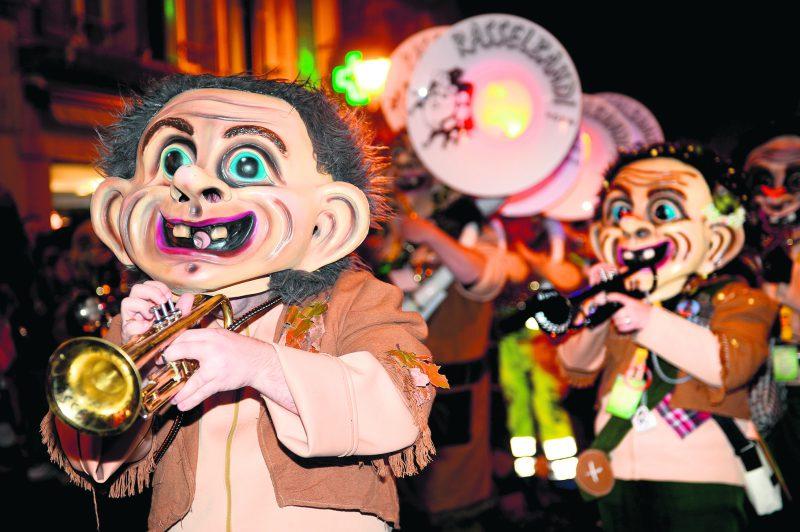 Il y avait de drôles de têtes qui défilaient au centre-ville, samedi soir, à l'occasion du cortège nocturne. © Michel Duperrex