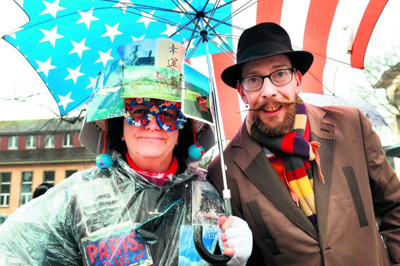 La reine (Christina Gutknecht) et le roi (Cyril Pantet) des Brandons d'Yverdon-les-Bains 2018 avaient tous les accessoires pour voir la vie en couleur. © Michel Duperrex