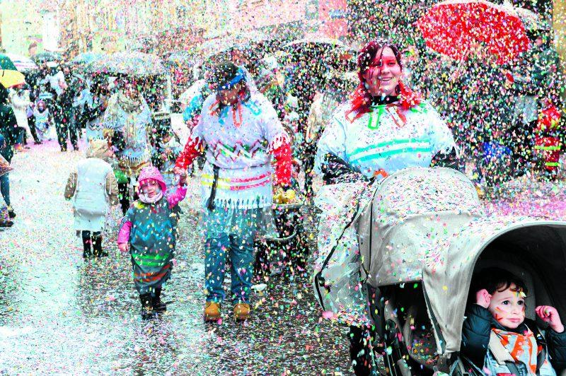 Après avoir obtenu les clés de la ville d'Yverdon-les-Bains des mains du syndic, le comité des Brandons ne s'est pas gêné pour redécorer le cœur de la Cité thermale avec des confettis multicolores.