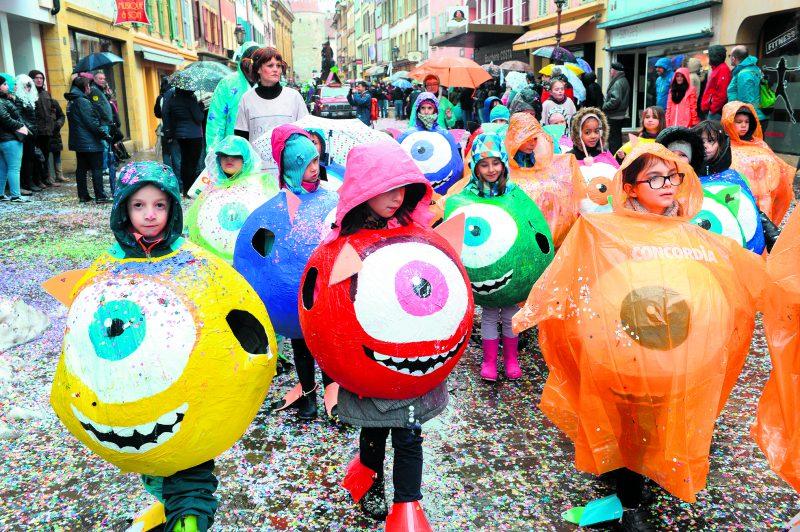La pluie n'a pas découragé les écoliers, qui ont suivi le mouvement du grand cortège tout en apportant de la couleur et de la gaieté, hier dans les rues d'Yverdon-les-Bains. © Michel Duperrex