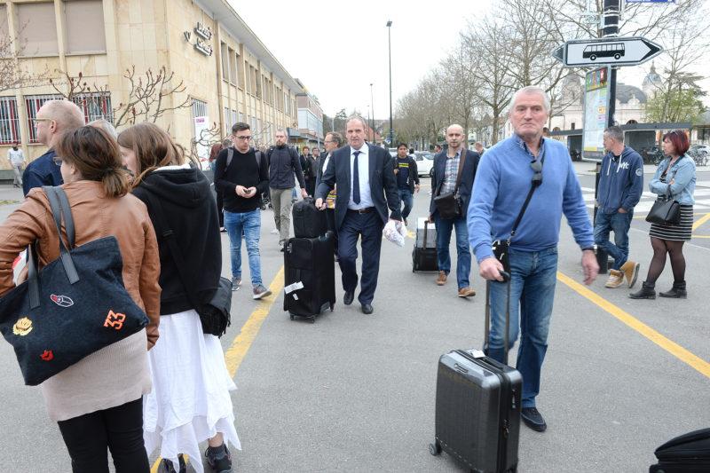Les passagers venant de Lausanne et Genève ont été invités à descendre à la hauteur des bâtiments postaux. © Michel Duperrex
