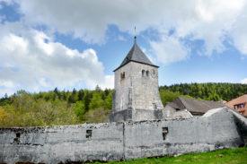 La Tour a été construite par le seigneur Aymon de Montferrand, de La Sarraz, en 1324, dans une volonté d'asseoir son autorité sur le couvent de L'Abbaye. La dernière rénovation de l'édifice, inscrit comme monument historique de note 1, datait de 1977. © Michel Duperrex